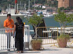 Es ist richtig das die Coastguard Personal einstellt,aber doch keine Piraten,sagen sie das der Arge