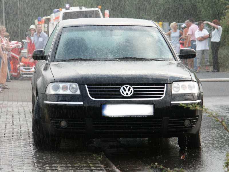 Es regnet und nur das Auto wird nass
