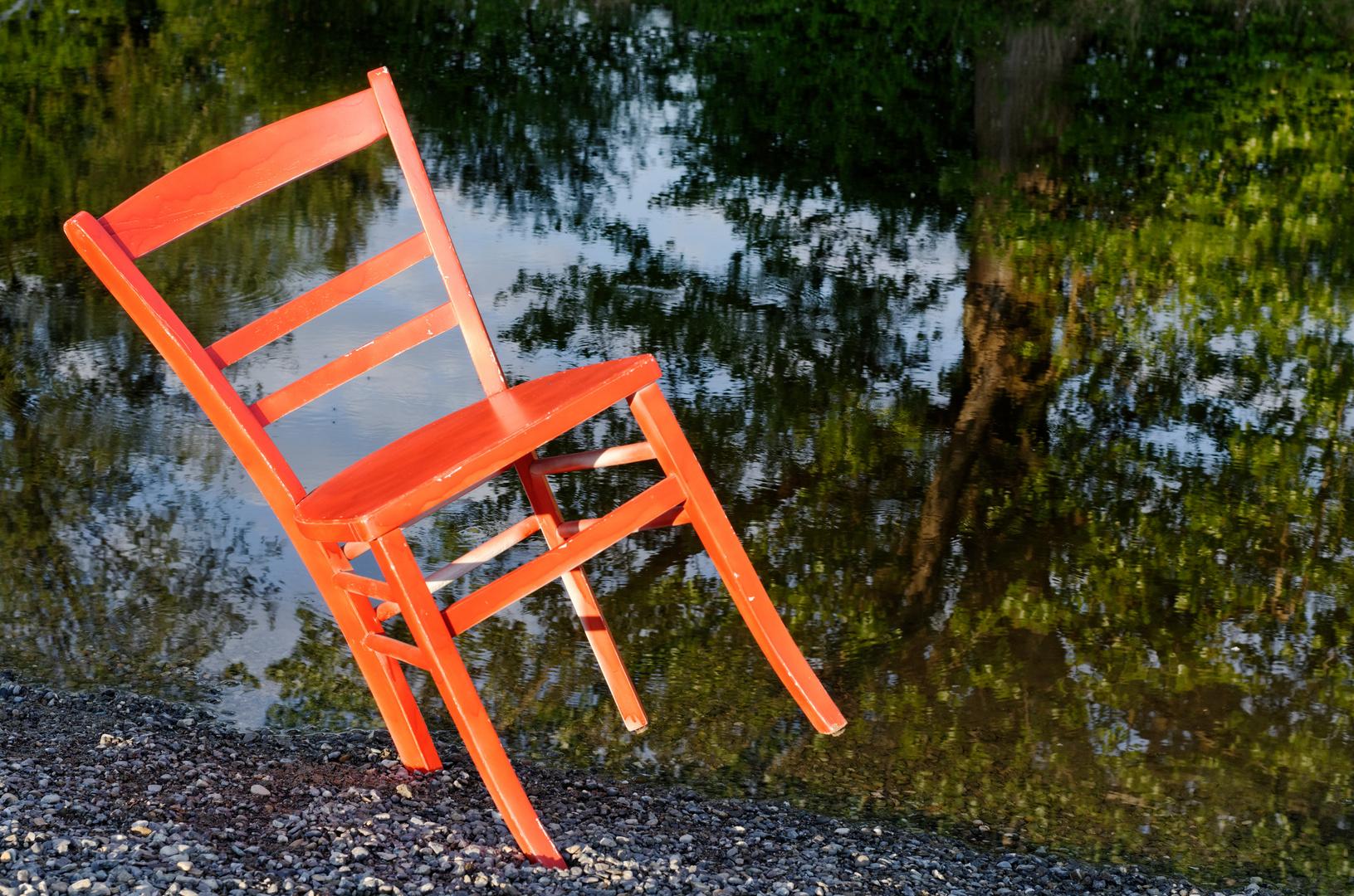 Es spiegelt der Stuhl nicht im Wasser.....,