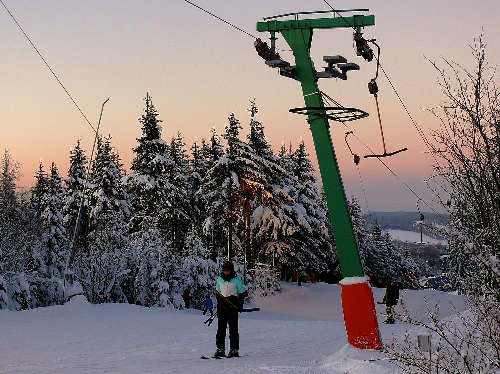Es wird Abend auf dem Skihang