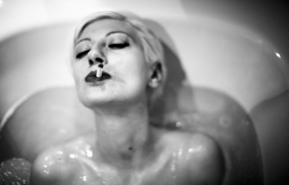 esa et sa gitane au bain