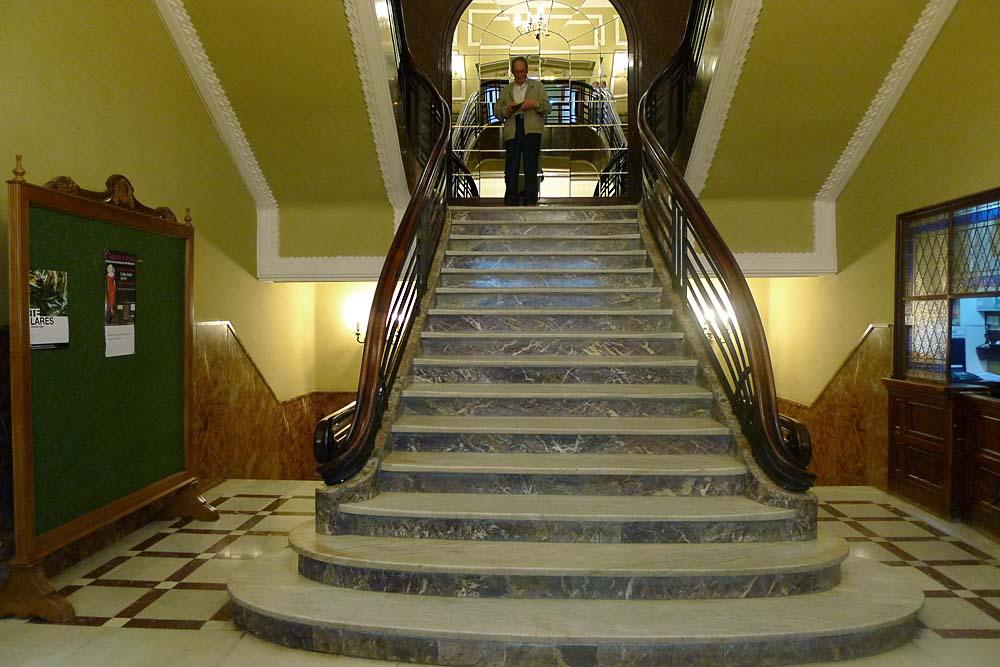 Escalera de acceso a la biblioteca y Salón Regio del Circulo de las Artes.