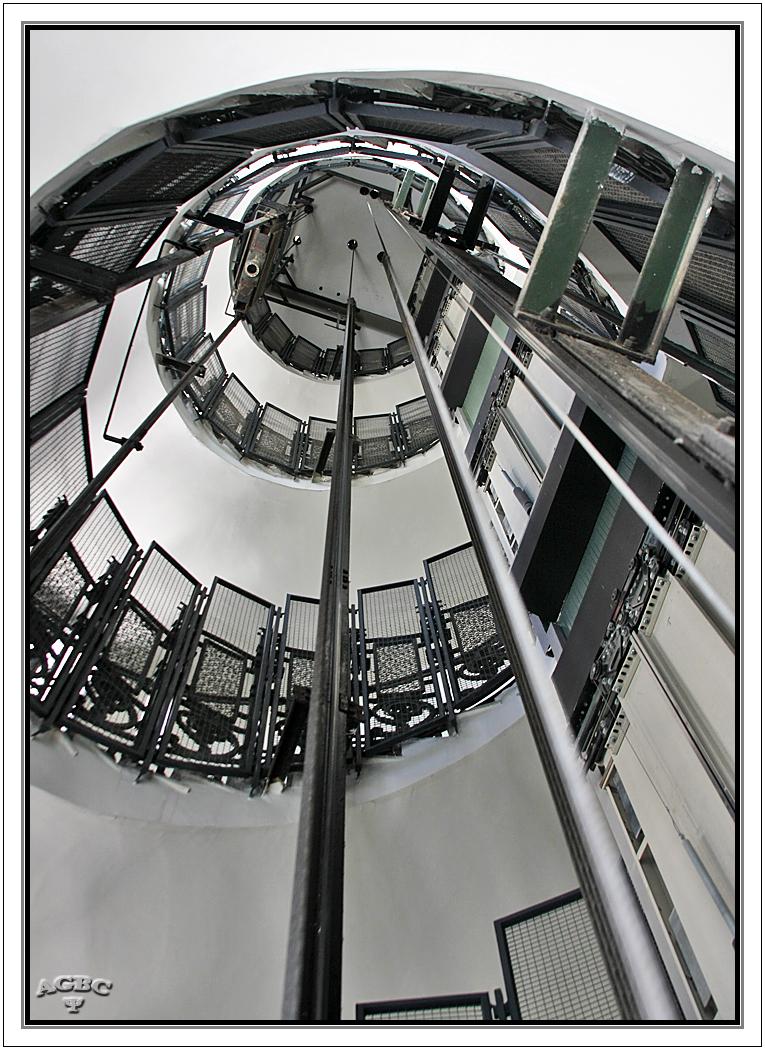 Escalera de caracol (en espiral). Hueco del ascensor.