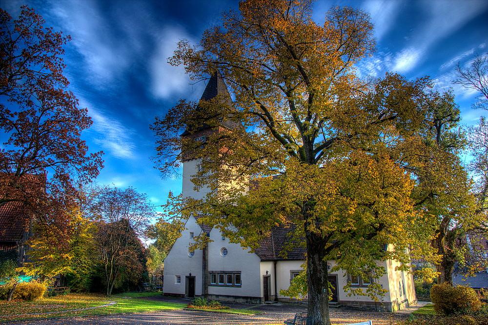 Eschacher Kirche im Herbstmantel