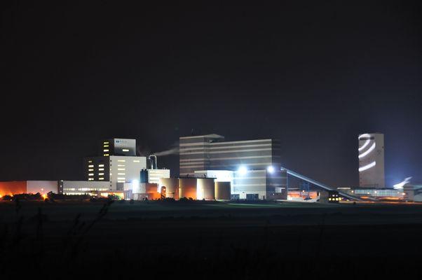 esco (Steinsalzwerk) in Bernburg bei Nacht