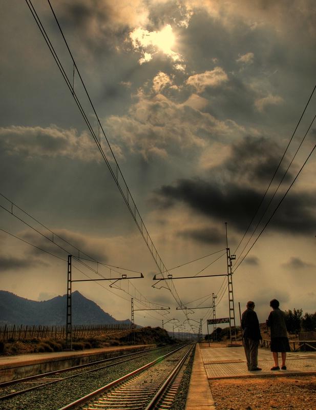 Esperando el tren al atardecer