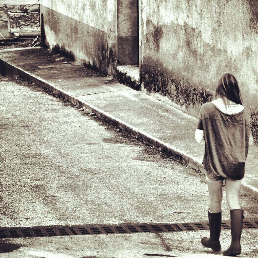 esperando en una callle llena de recuerdos