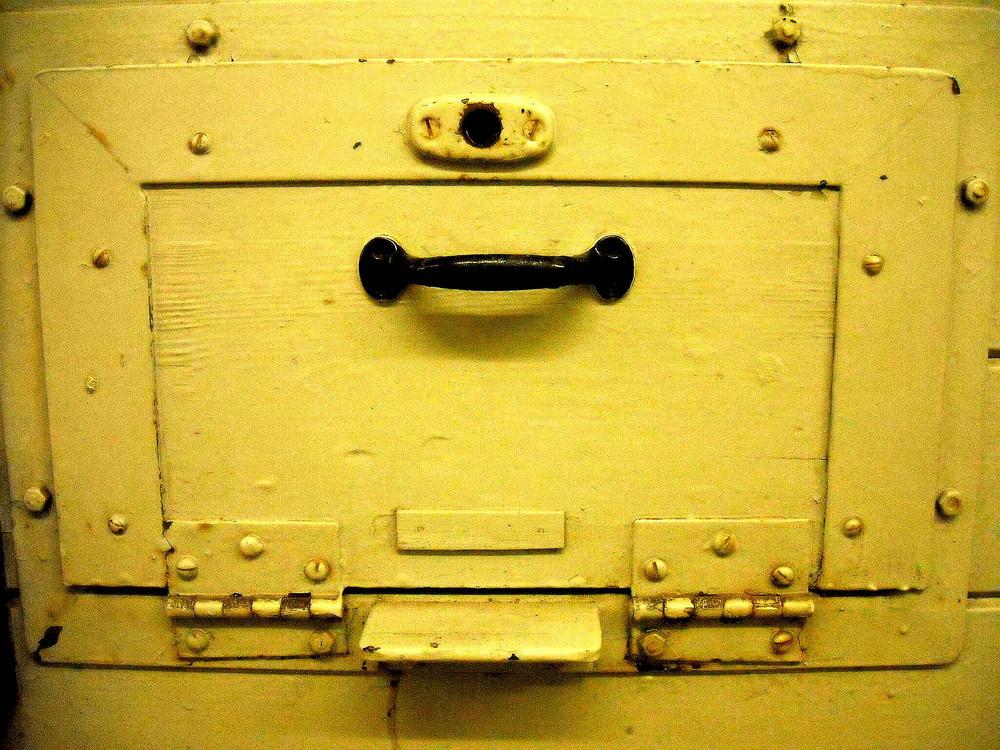 Essensklappe im Stasi-Untersuchungsgefängnis in Hohenschönhausen
