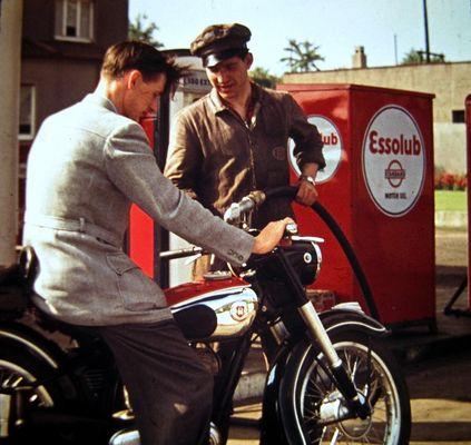 Esso - erstes Betanken des neuen Mopeds - um 1950
