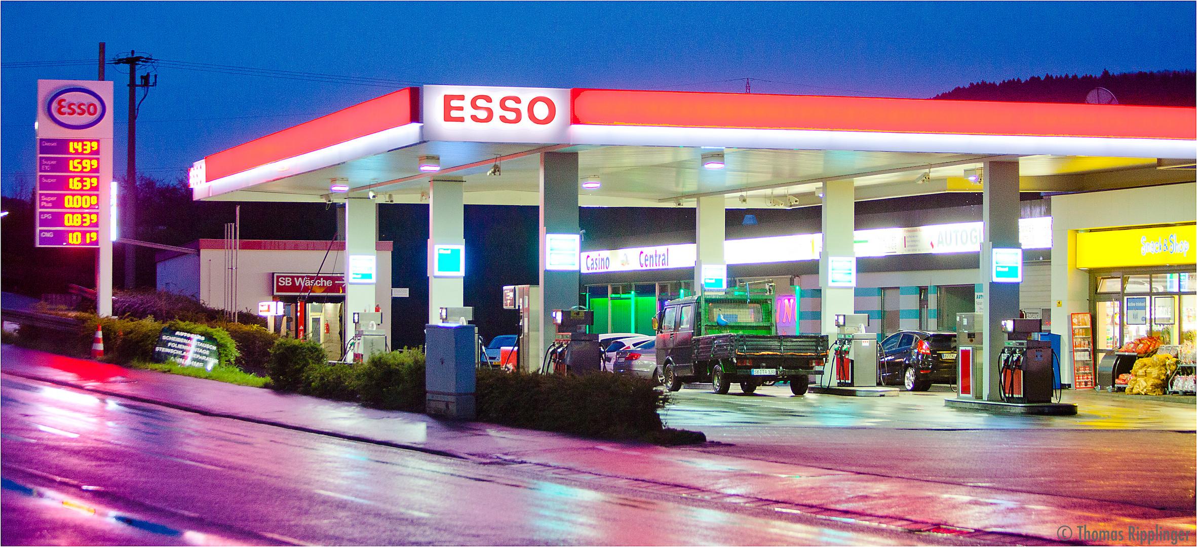 Esso Tankstelle in Merzig Hilbringen in der blauen Stunde