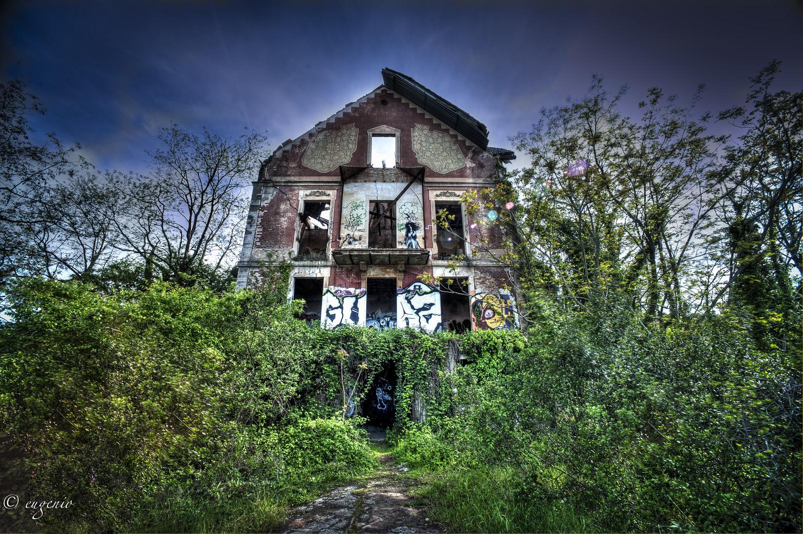 Esta es la casa en ruina desde fuera