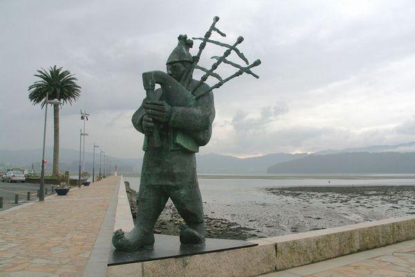 Estatua del gaitero en Ortigueira