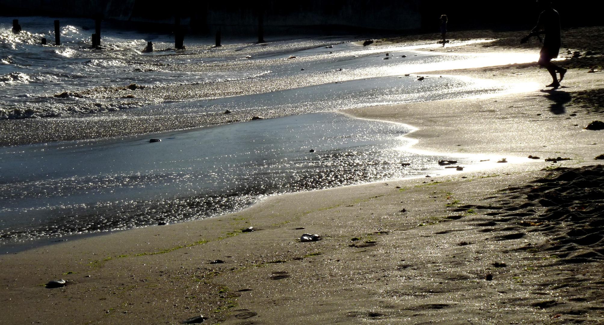 Et l'eau, le soleil brille.