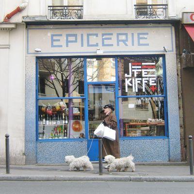 Et puis je ris .... devant l épicerie rue de la grange aux belles Paris Xarr