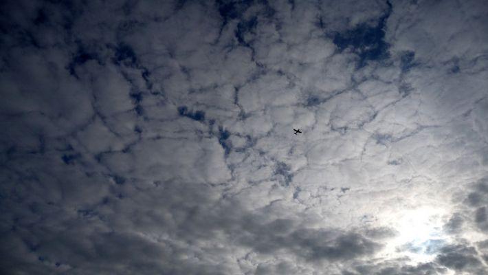 Etiquette aérienne sur fond nuageux
