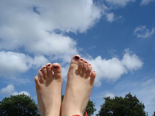 etre une fille c'est ne pas avoir les pied sur terre