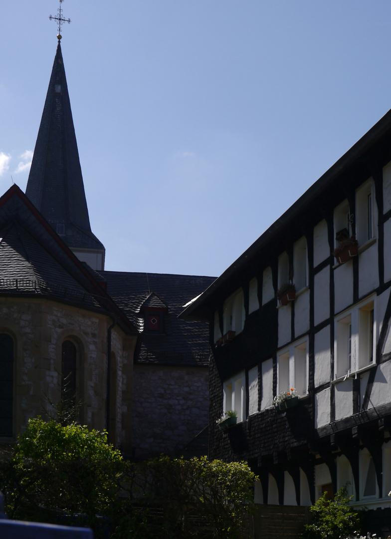 Evangelische Kirche und Fachwerk in der kleinen Ortschaft Düssel bei Wülfrath.