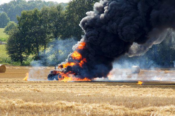 Explodierendes Traktor-Ballenpressengespann