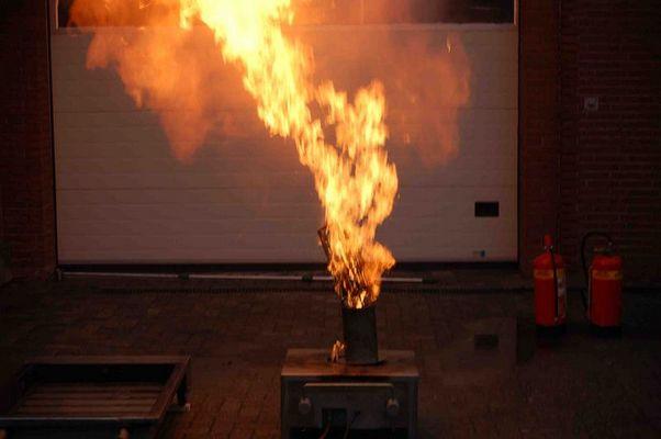 Explosion einer Spraydose (8x4)