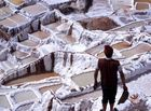 Explotación de la sal y mantenimiento de las pozas en las salinas de Maras.