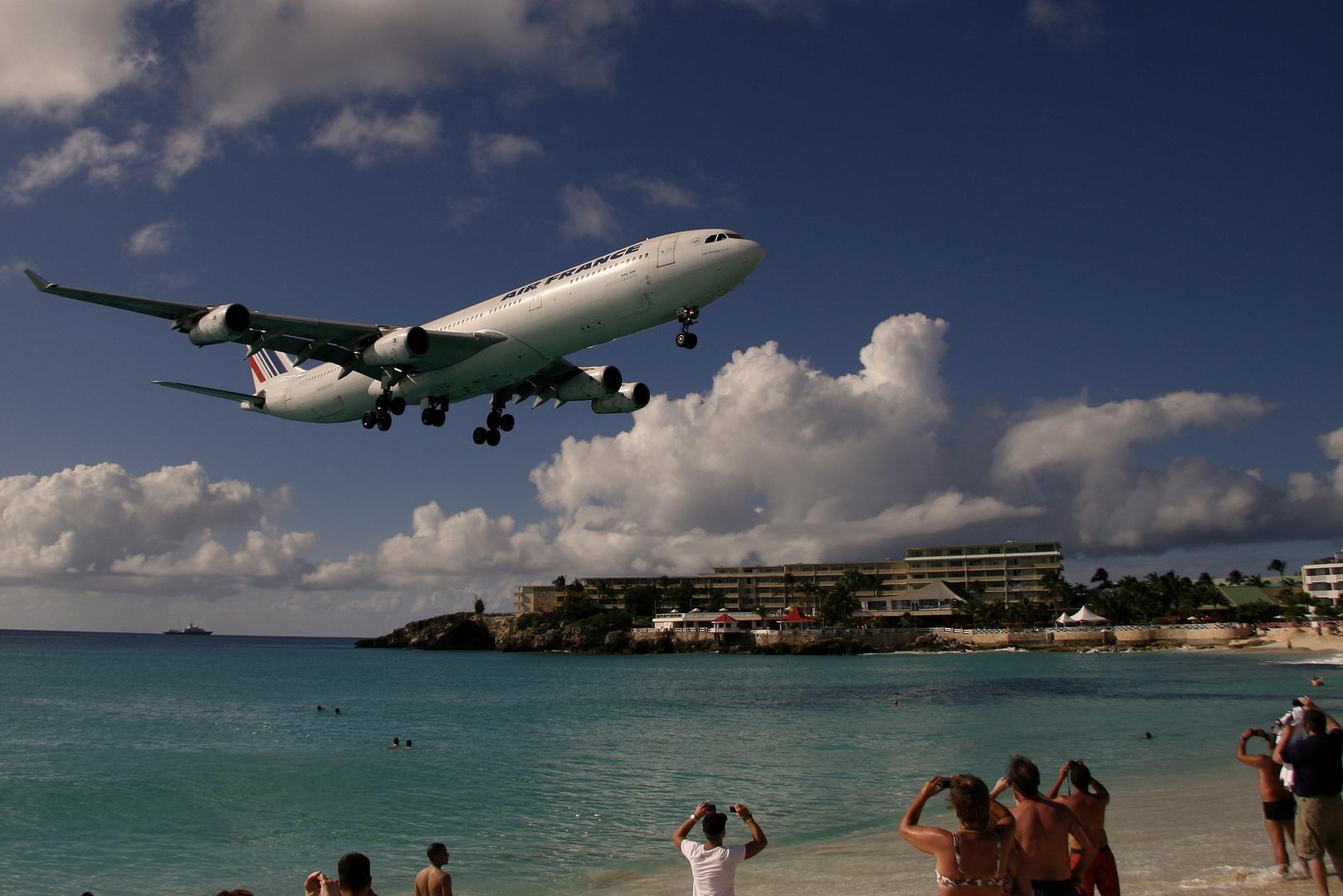F-GLZU im Anflug au f St. Maarten