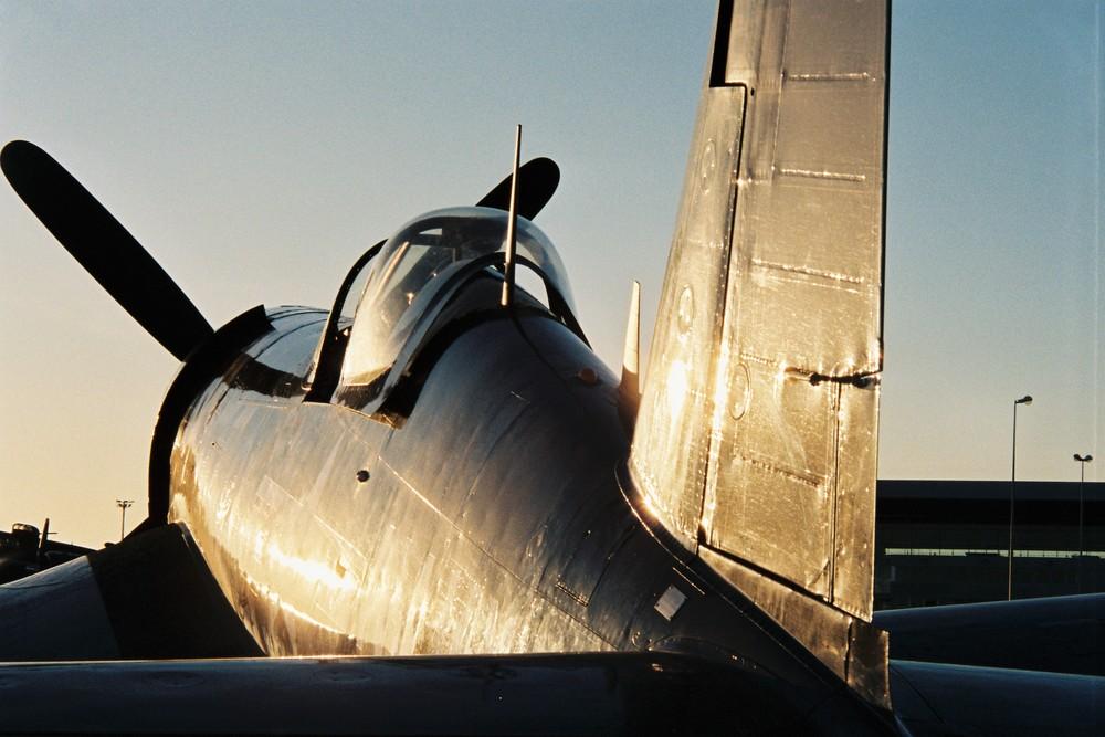 F4U Corsair au soleil couchant