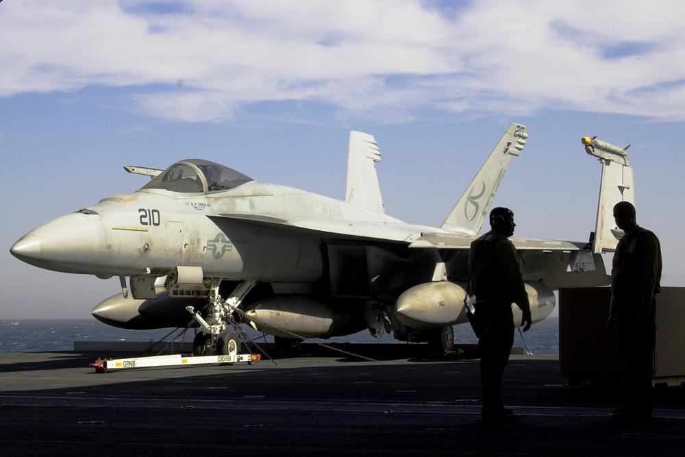 F/A 18-Hornet auf dem Weg zum Flugdeck