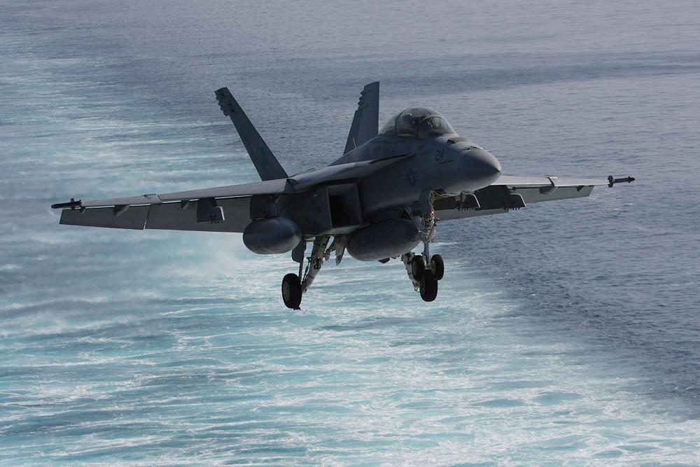 F/A-18F in fase di atterraggio