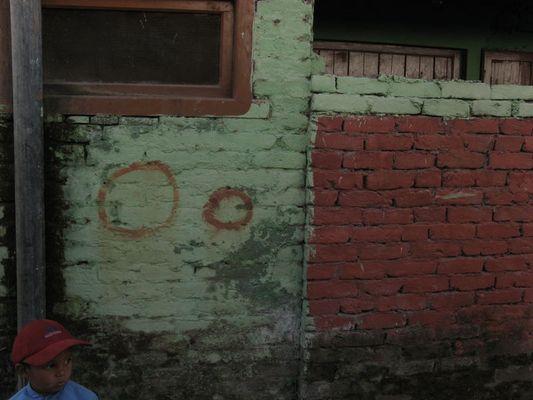 façana amb nen a Vashisht