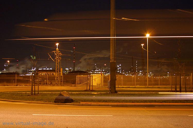 Fabrik bei Nacht