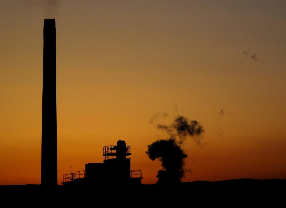 Fabrik im Sonnenuntergang