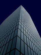 Facade d'un gratte-ciel, tendrement illuminée en bleu   - '7'