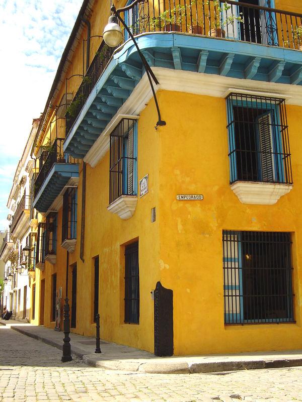Fachada amarilla/Cuba