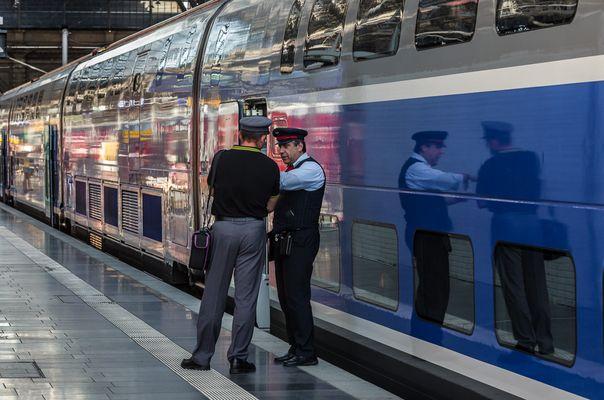 Fachsimpelei vor der Ausfahrt des TGV