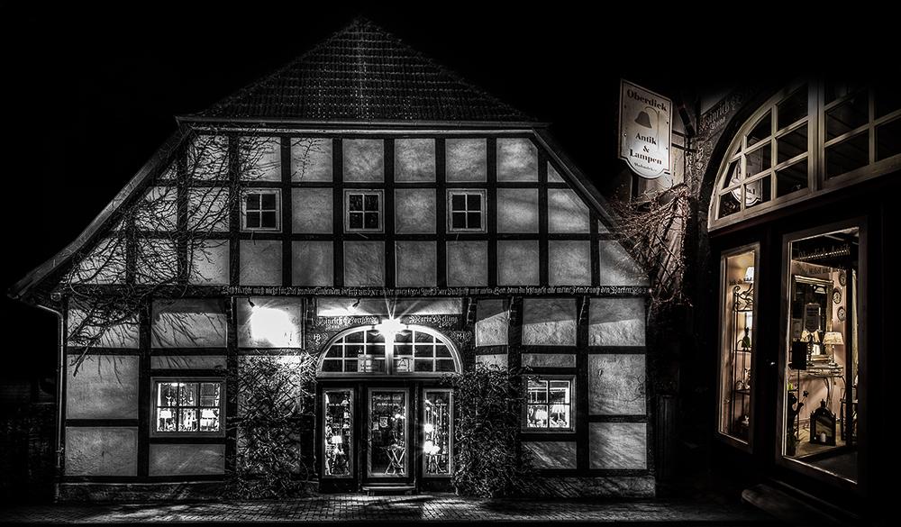 """Fachwerkhaus mit dem Lädchen """"Antik & Lampen"""" aus Melle."""