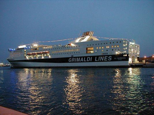 Fähre im Hafen von Genua