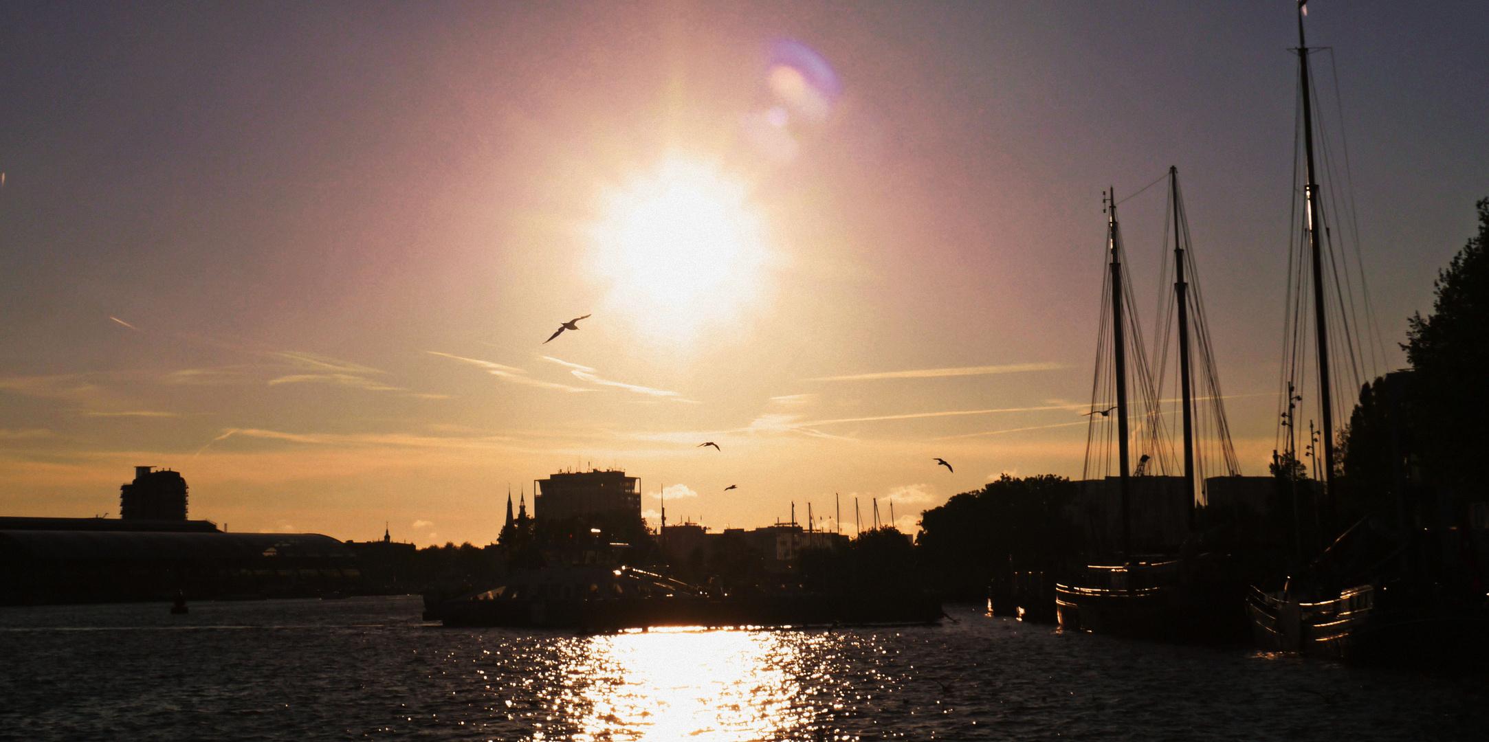 Fähre im Sonnenuntergang, Amsterdam