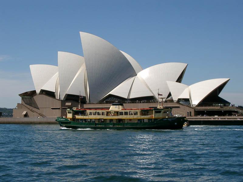 Fähre vor der Sydney Opera