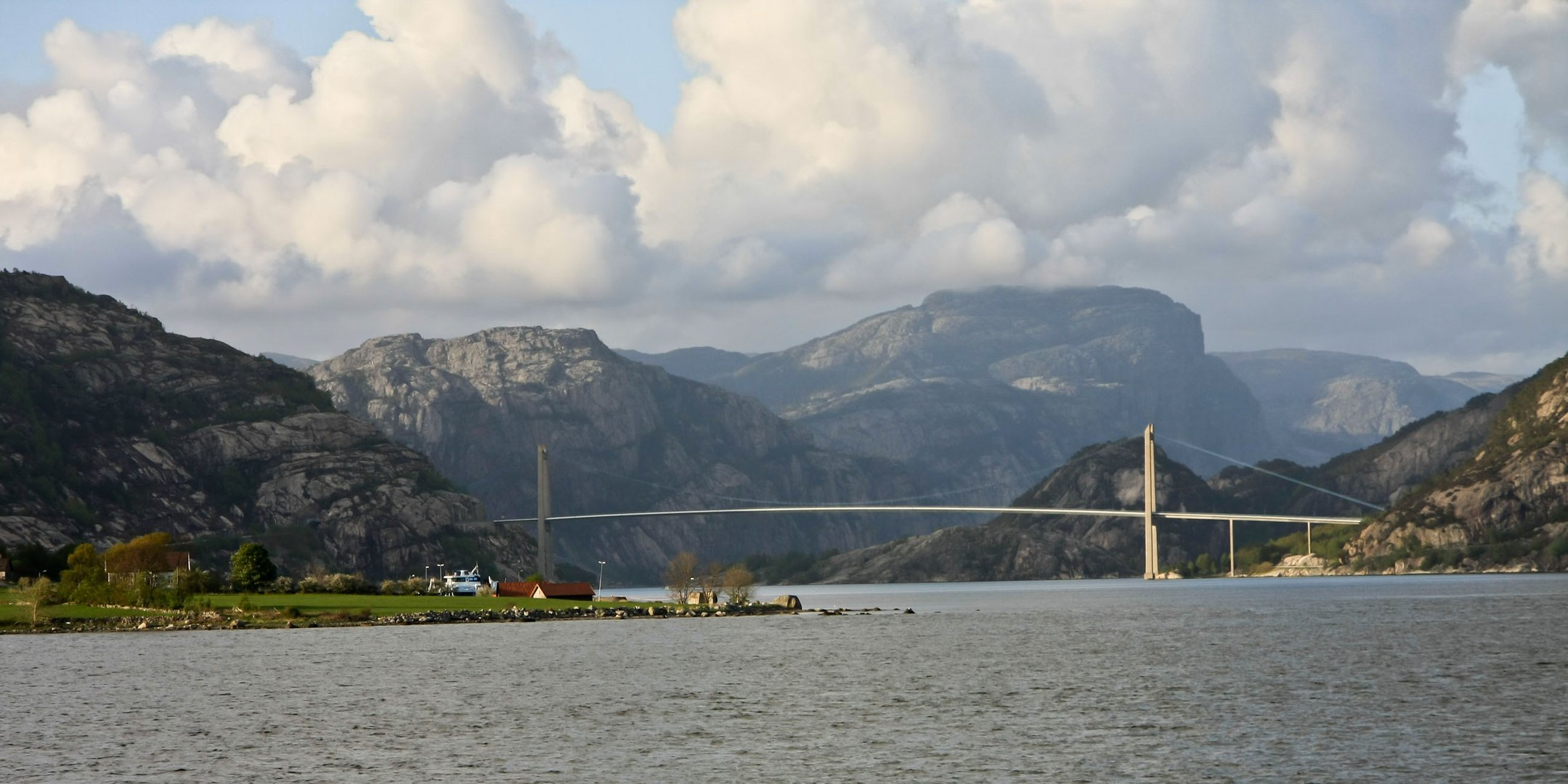 Fährenblick über den Fjord