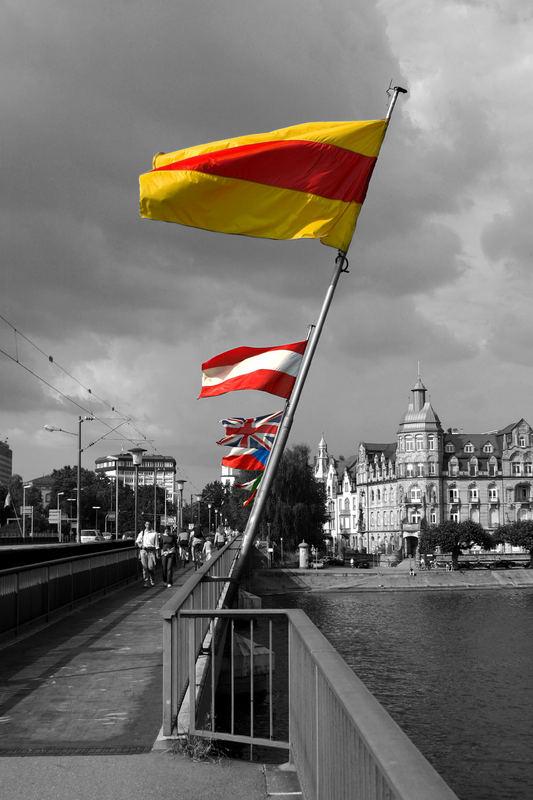 Fahnen an einer Rheinbrücke