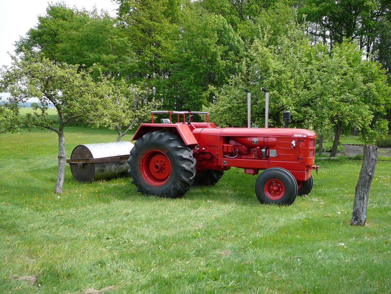 Fahr-Traktor mit Wiesenwalze