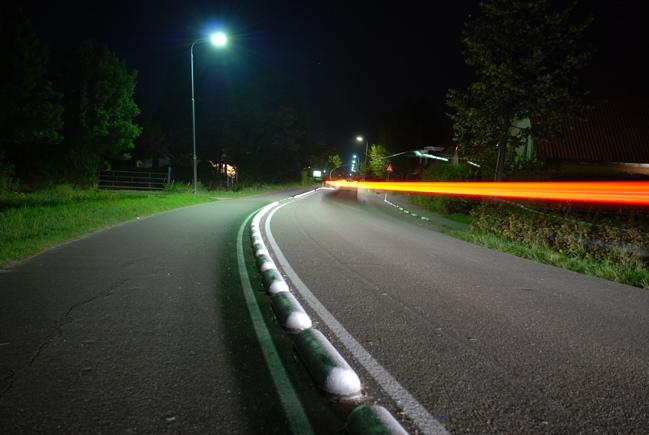 Fahrendes Auto bei Nacht