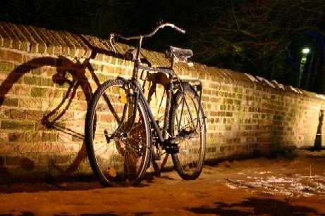 Fahrrad an der Kirchenmauer in Norden