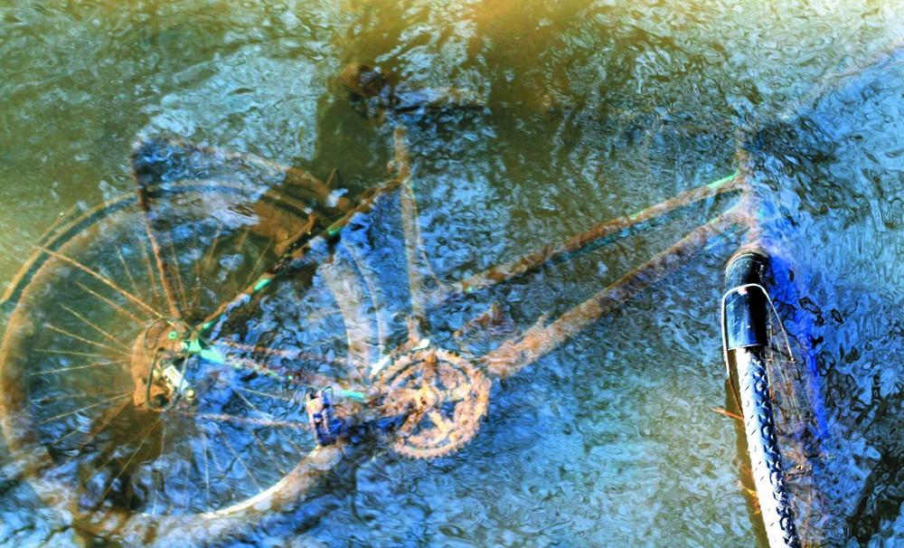 Fahrrad im Bach