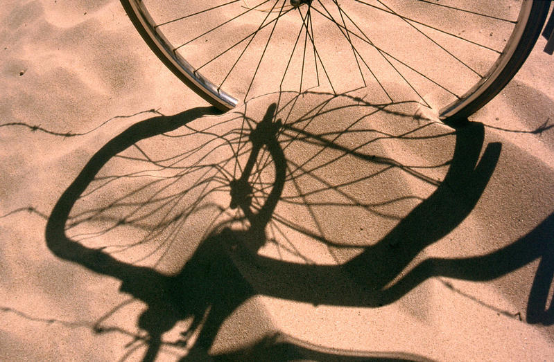Fahrrad-Schatten im Dünensand