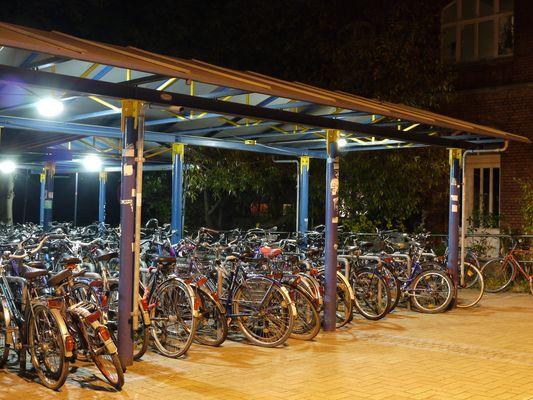 Fahrräder - abgestellt am Bahnhof