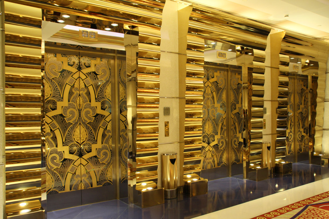 """Fahrstuhleingänge"" im Burj Al Arab - es ist alles Gold was glänzt !!!"