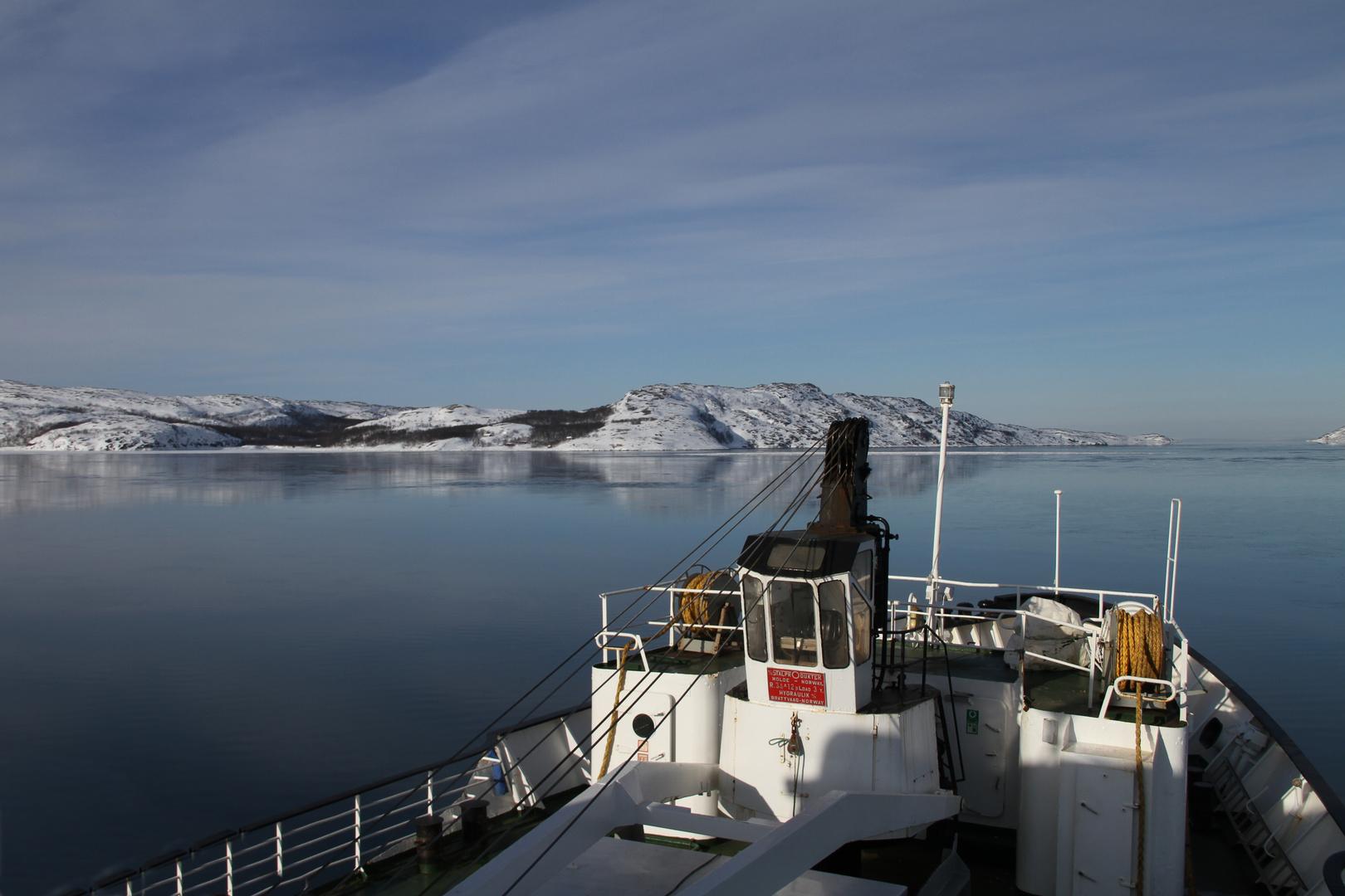 Fahrt auf dem eiskalten Meer im Nordnorwegen