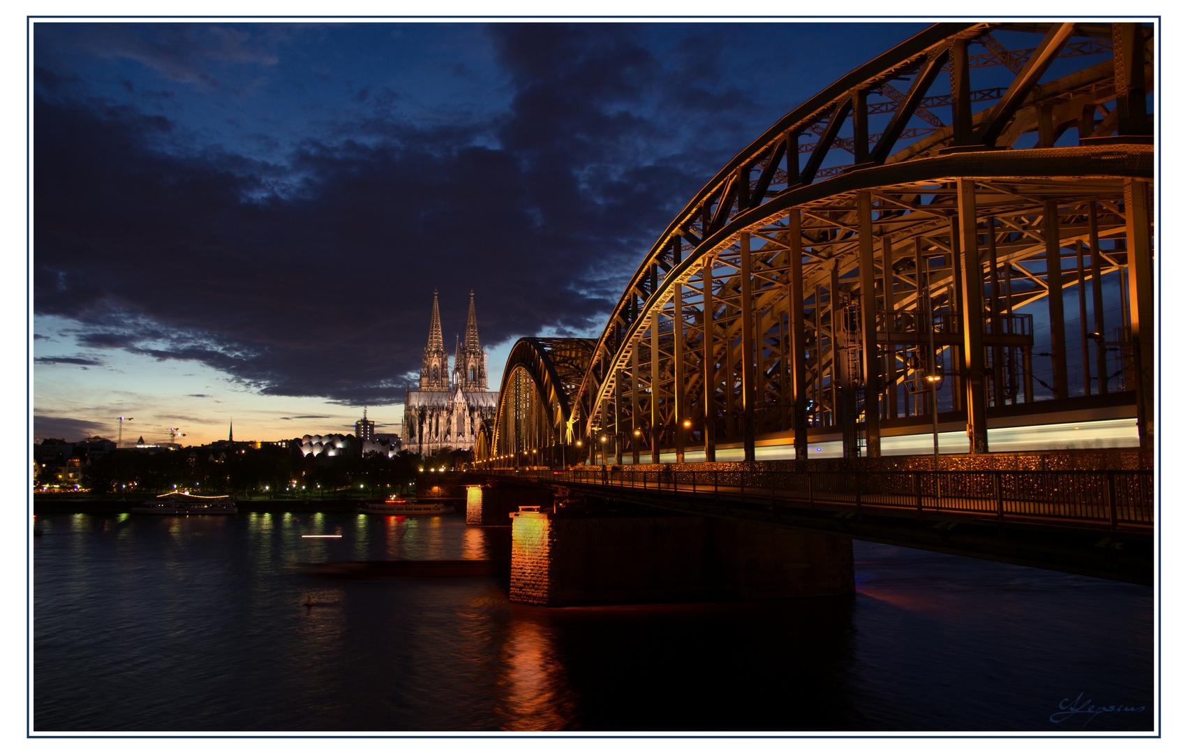 Fahrt über die Kölner Rheinbrücke bei Nacht