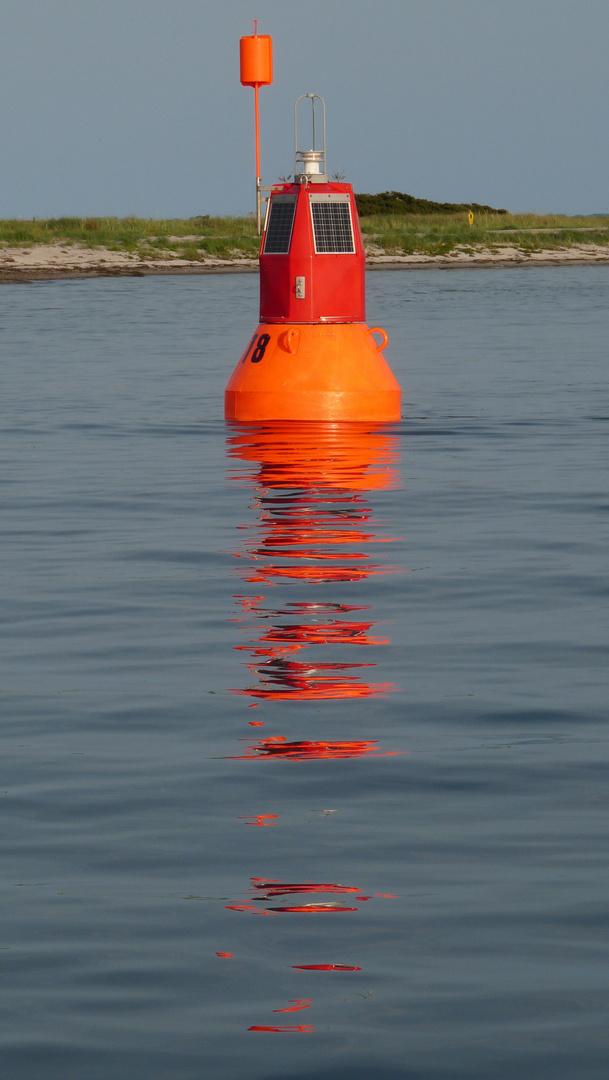 Fahrwassertonne vor Hiddensee bei Flaute